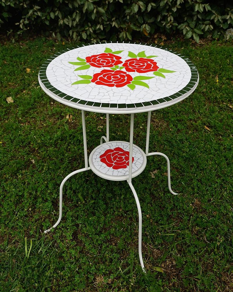 שולחן פסיפס מוכן עם דוגמאות פסיפס של פרחים מפסיפס