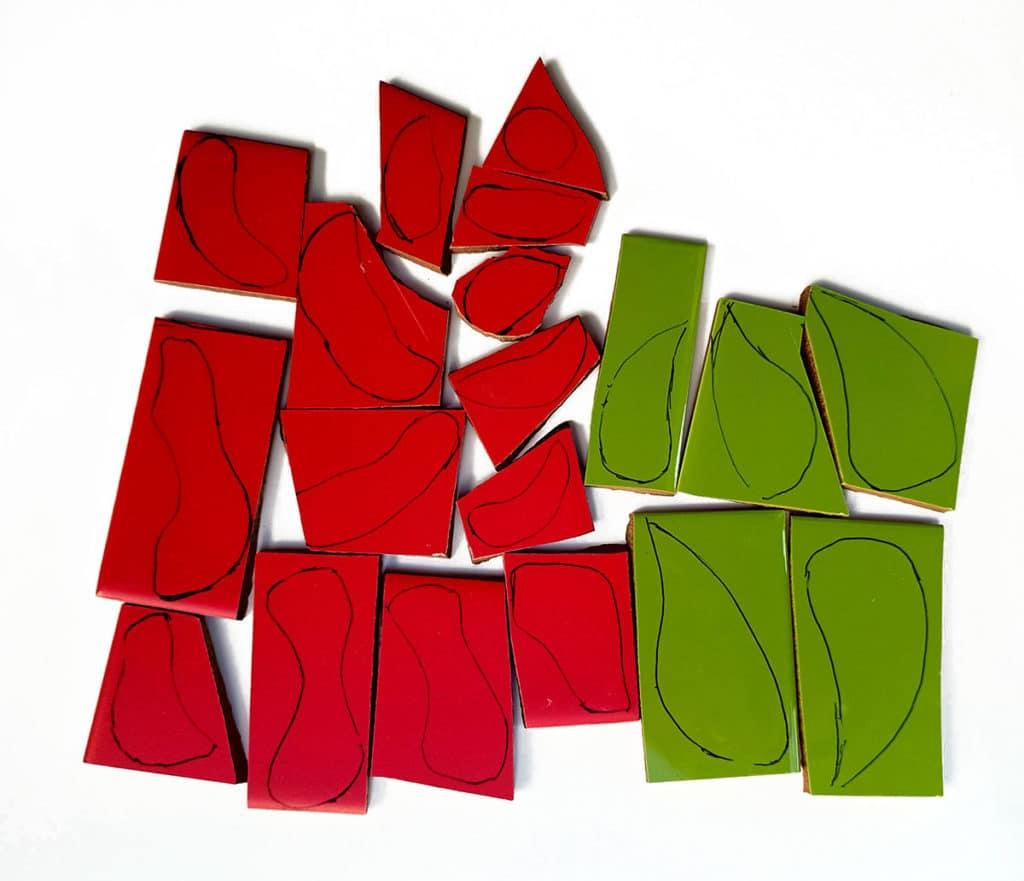 הכנות ליצירת שולחן פסיפס עם פרחים מפסיפס בצבע אדום